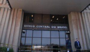 Brasília - A Polícia Militar (PM) descartou que houvesse bomba em uma mochila deixada hoje (26) na rampa de acesso ao Banco Central (BC), em Brasília. (José Cruz/Agência Brasil)