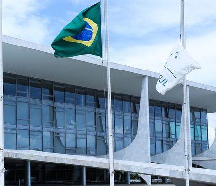 Brasília - Bandeiras da Colômbia, Brasil e Mercosul no Palácio do Planalto. O governo brasileiro vai condecorar cidadãos colombianos que resgataram vítimas do acidente com o avião da Chapecoense (Valter Campanato/Agência Brasil)