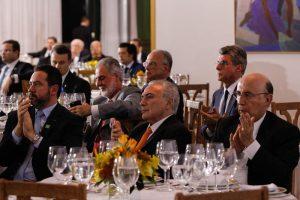 Brasília – O presidente Michel Temer, oferece jantar para parlamentares da base aliada, para apresentar a nova versão da proposta de reforma da Previdência (Marcos Corrêa/PR )